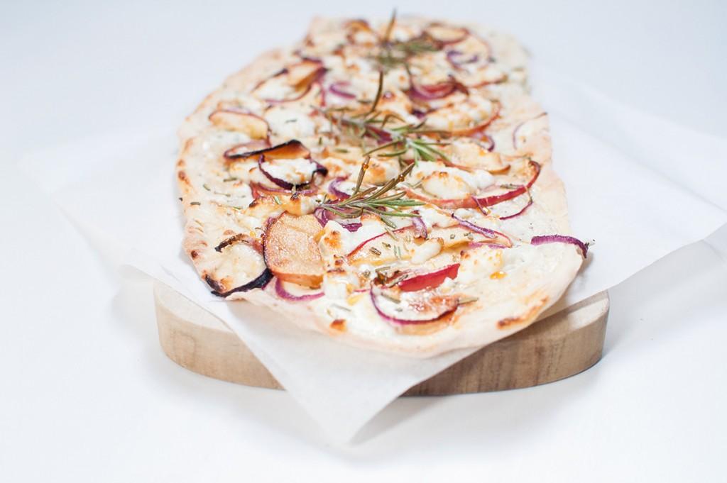Flammkuchen mit Schafskäse und karamellisierten Äpfeln http://wp.me/p6GO5w-qv