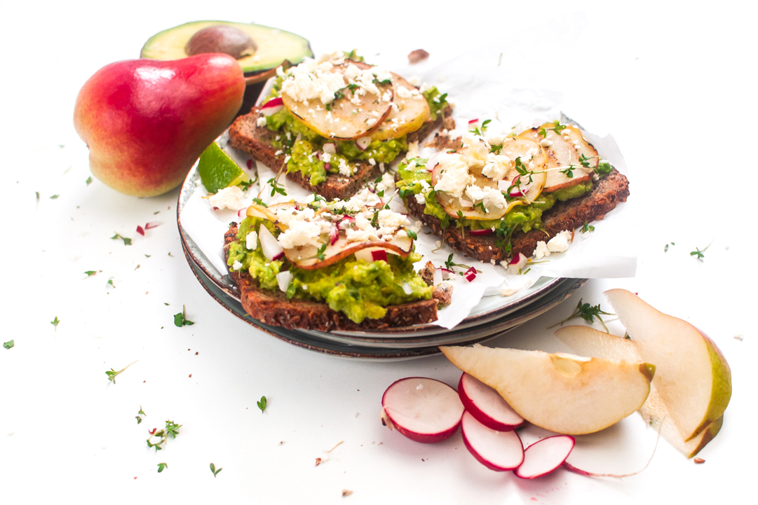 Smashed Avocado mit karamellisierten Birnen// Smashed avocado with caramel pears by http://babyrockmyday.com/smashed-avocado/
