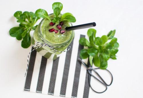 grüner Feldsalat Smoothie >> Fit und gesund durch den Winter! http://vollgut-gutvoll.de/2015/11/15/feldsalat-smoothie/ 