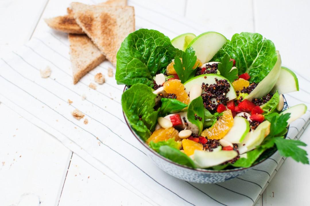 Fruchtiger Salat mit Mandarinen und schwarzem Quinoa http://vollgut-gutvoll.de/2015/11/28/fruchtiger-salat/