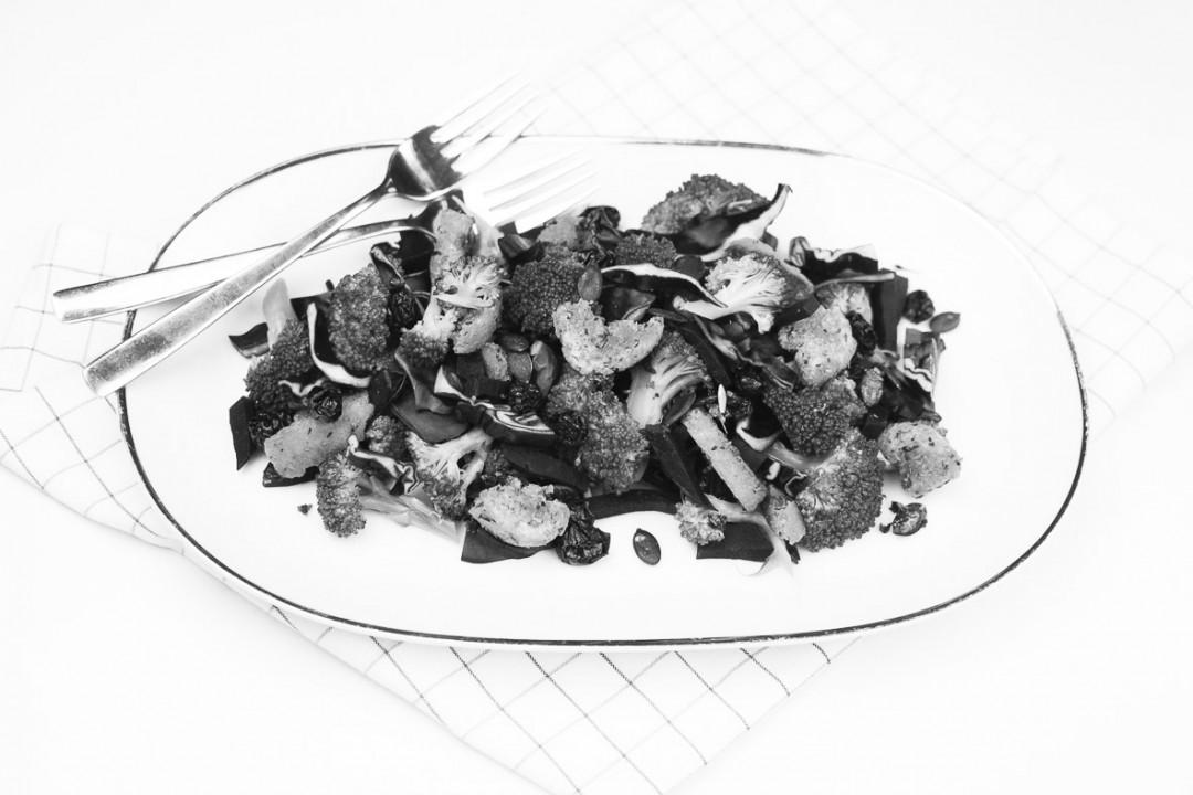Brokkoli Rotkohl Salat - kunterbunter Salat - frisch http://vollgut-gutvoll.de/2016/02/23/brokkoli-rotkohl-salat/