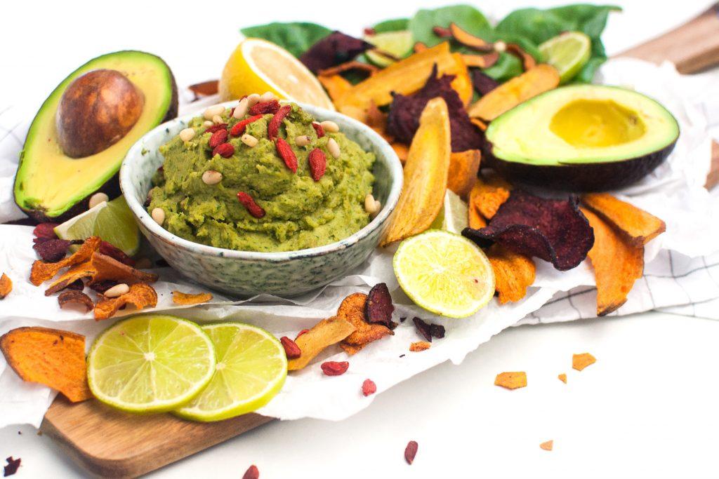 Avocado Spinat Hummus mit Gemüsechips http://wp.me/p6GO5w-S9